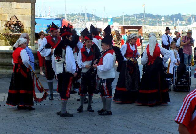 Gente con trajes tipicos asturianos