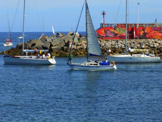 tres veleros saliendo de puerto