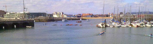Competencia de piraguas en el puerto deportivo de Gijon