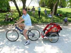 ciclista llevando un remolque