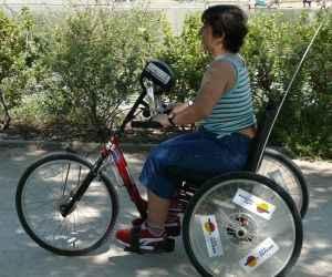 mujer en bici para discacitados