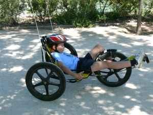 niño en bici para discacitados