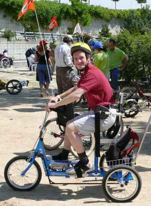 joven en bici para discacitados