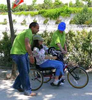 voluntarios asistiendo a un ciclista
