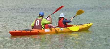 canoa con tres remeros