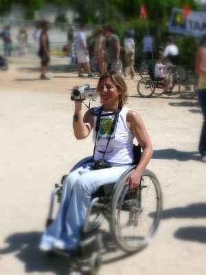 mujer en silla de ruedas, filmando