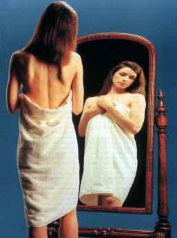 mujer reflejada en el espejo