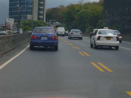 Autos en autopista de Caracas