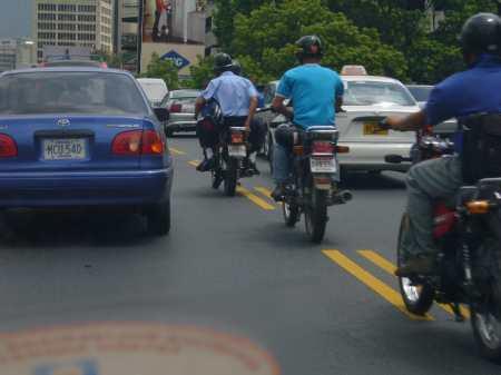 motos circulando entre autos