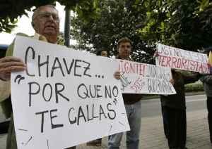 personas con pancartas de Callate Chávez