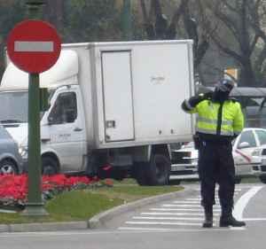 Policia con el rostro cubierto