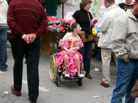 niña chulapa en silla de ruedas