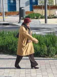 Anciana paseando. Foto por Keyla Díaz