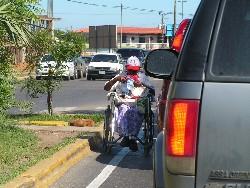 anciana en silla de ruedas vendiendo