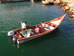 Bote peñero y pescadores