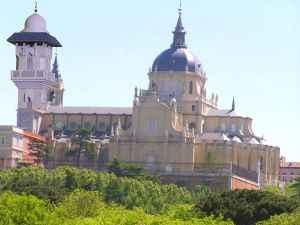 Palacio Almudena con torre mezquita, composición