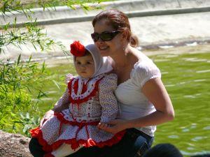 Mujer posando con su hija