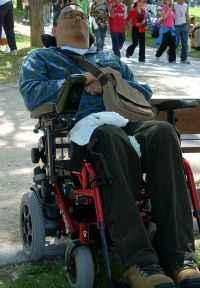 durmiendo en la silla de ruedas