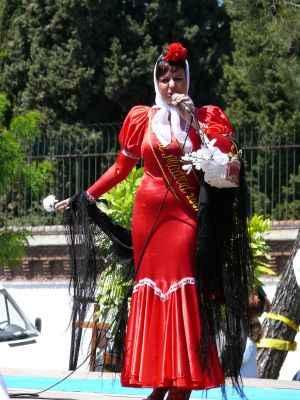 Mujeres vestidas de chulapas, cantando