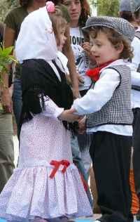 pareja de niños bailando