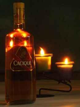 Botella de ron, con velas