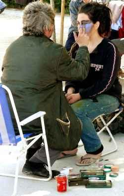 artista maquillando una mujer
