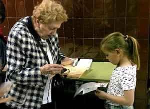 ayudando a la abuela a votar