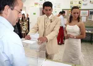 pareja de novios votando