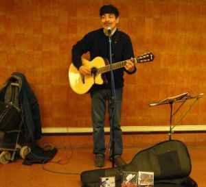 Musico tocando guitarra