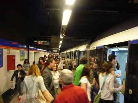 Pasajeros subiendo al Metro