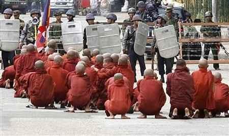 monjes budistas y soldados