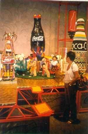 escultura de Coca Cola con muñecos