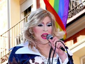 Travestí cantando en Chueca