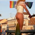 Travestí cantando en Chueca, Madrid.
