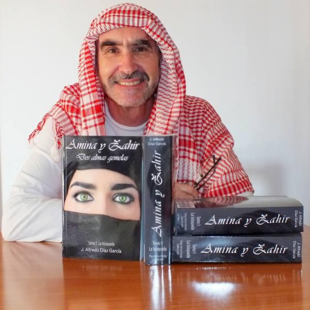 el autor con la novela Amina y Zahir