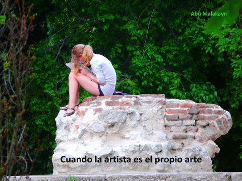 una joven pintando