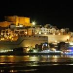 Una ciudad y un castillo en una roca sobre el mar