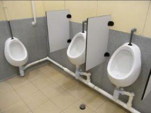 urinario de caballeros, con separaciones