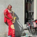 Esos músicos solitarios de los espacios públicos