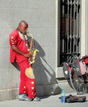 Músico callejero tocando el saxo