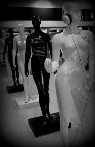 Varios maniquies femeninos